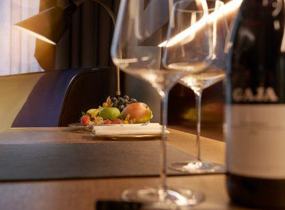 Weingläser und Weinflasche im Zimmer mit Obst