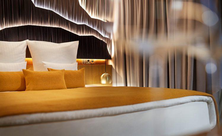 Schlafzimmer im Beyond by Geisel mit Gläser und Blick auf Bett
