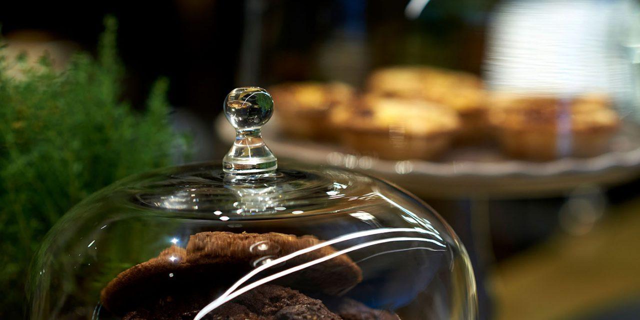 Nahaufnahme eines Glases im BEYOND-Hotel München, in dem mehrere Kekse liegen