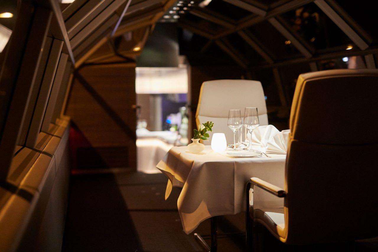 """Ein edel gedeckter Tisch für ein Candlelight-Dinner im Salonwagen des Privatzuges """"Luxon by Geisel"""""""