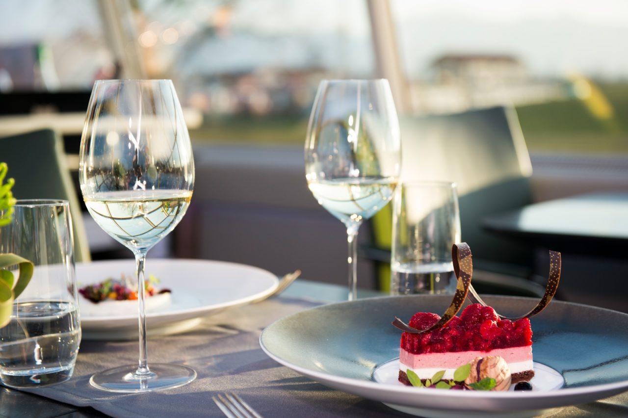 """Nahaufnahme eines gedeckten Tisches mit Gourmet Desserts auf den Tellern an Bord des Privatzuges """"Luxon by Geisel"""""""